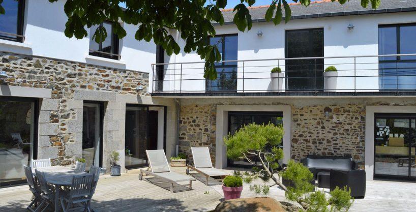 maison-a-vendre-plerin-chambre-d-hote-luxe-prestige-cote-et-bretagne-immobilier-terrasse-1-r-818x417