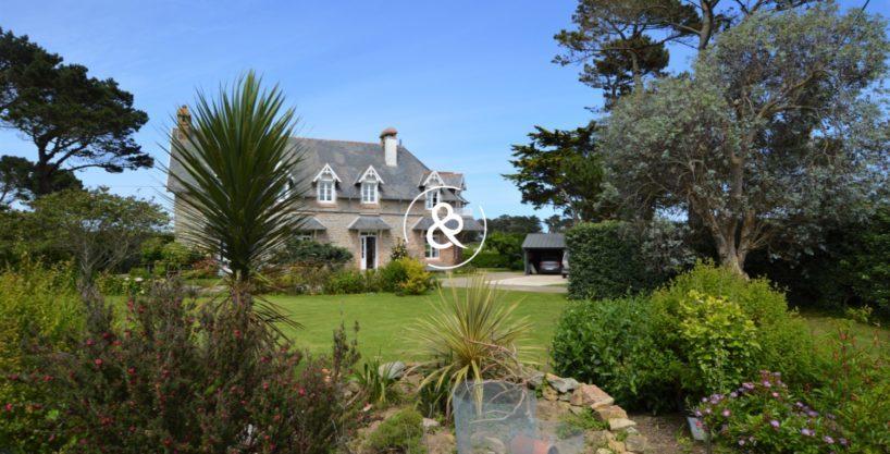 a-vendre-demeure-prestige-luxe-vue-mer-acces-plage-cote-de-granit-rose-parc-arbore-818x417