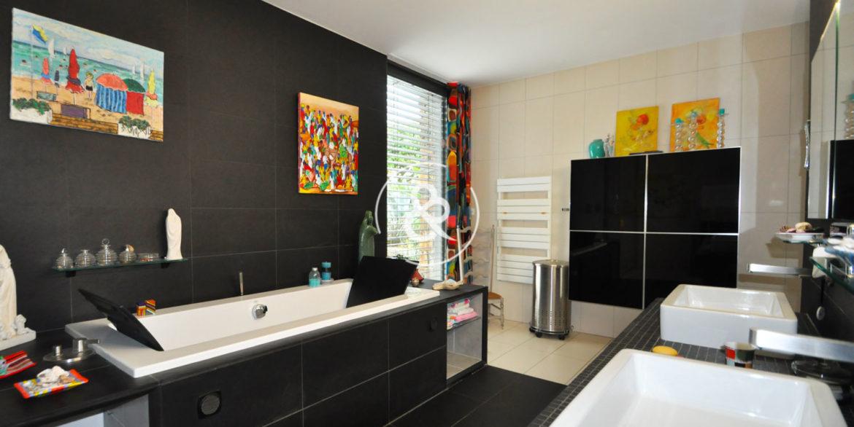 maison-demeure-en-pierre-proche-de-la-mer-jardin-luxe-prestige-08